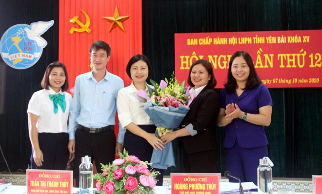 Đồng chí Hoàng Mạnh Hà - Phó Trưởng Ban tổ chức Tỉnh uỷ và Ban Thường vụ Hội LHPN tỉnh tặng hoa chúc mừng tân Chủ tịch Hội LHPN tỉnh, khóa XV, nhiệm kỳ 2016 - 2021.