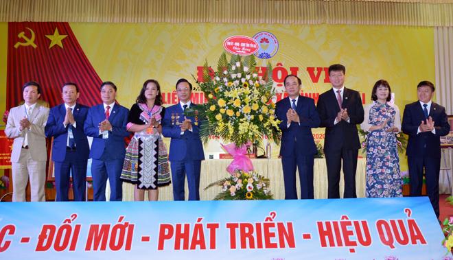 Các đồng chí lãnh đạo Tỉnh ủy, UBND tỉnh tặng hoa chúc mừng Đại hội.