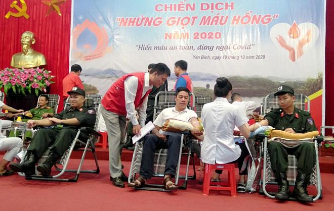 Tuổi trẻ Công an huyện Yên Bình và đoàn viên thanh niên tham gia hiến máu tại Chiến dịch