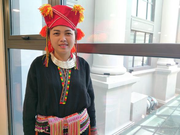 Lý Thị Thiêm trong trang phục truyền thống dự lễ tuyên dương