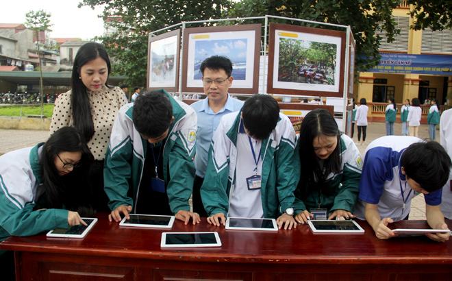 Học sinh Trường THPT Lý Thường Kiệt khám phá hoạt cảnh về hình ảnh cuộc sống, con người ở Trường Sa trên máy tính bảng.