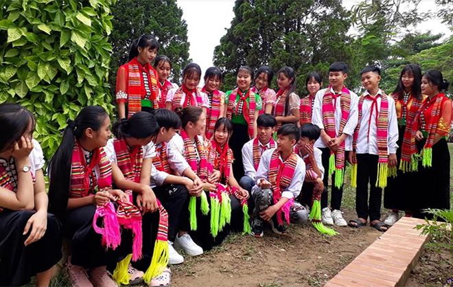 Students in Phu Nham commune secondary school, Nghia Lo town learn about traditional culture.