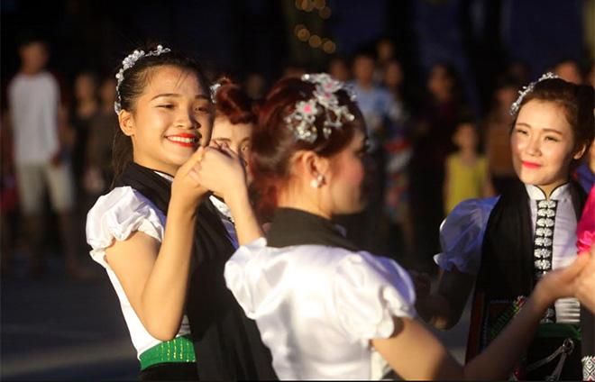 Vào Nghĩa Lộ, du khách say trong điệu xòe của những cô gái Thái.