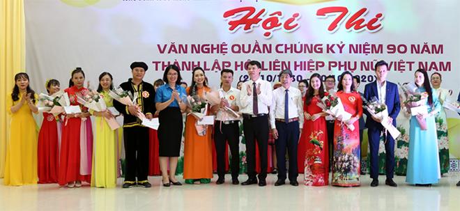 Ban Tổ chức trao giải cho các đội đạt giải tại Hội thi.