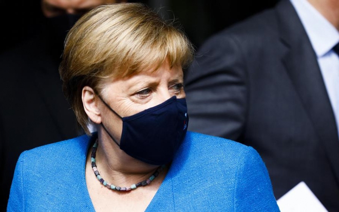 Thủ tướng Đức Merkel đeo khẩu trang.