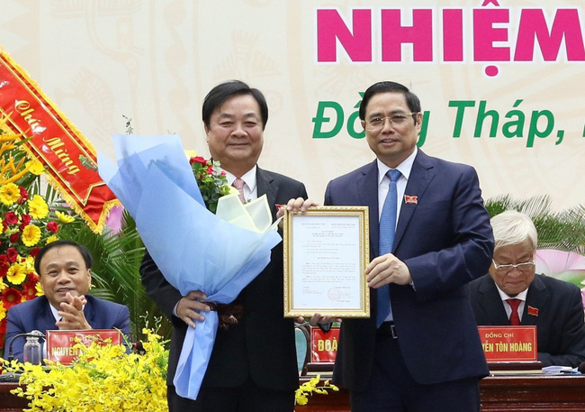 Đồng chí Phạm Minh Chính trao quyết định và chúc mừng đồng chí Lê Minh Hoan.