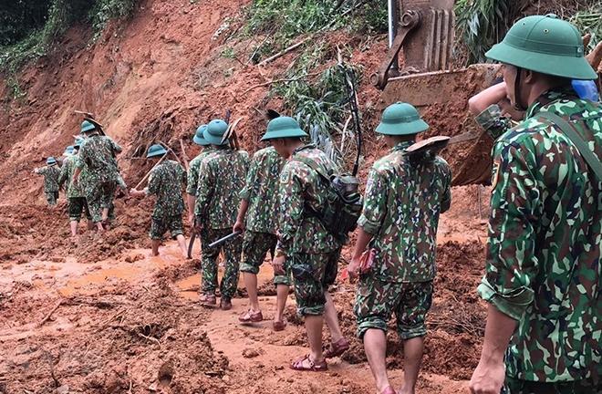 Lực lượng cứu hộ, cứu nạn hành quân tới hiện trường vụ sạt lở trong điều kiện vô cùng khó khăn do đường giao thông có nhiều điểm bị sạt lở nghiêm trọng.