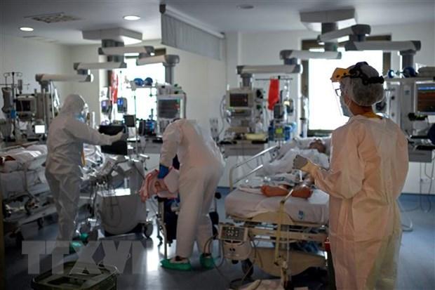 Nhân viên y tế điều trị cho bệnh nhân COVID-19 tại bệnh viện ở Madrid, Tây Ban Nha.