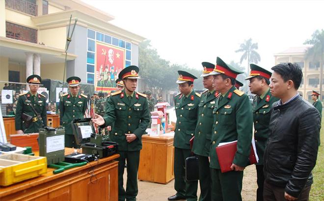 Các đồng chí lãnh đạo Bộ Chỉ huy Quân sự tỉnh tham quan mô hình học cụ phục vụ công tác huấn luyện trưng bày tại Lễ ra quân huấn luyện đầu năm.