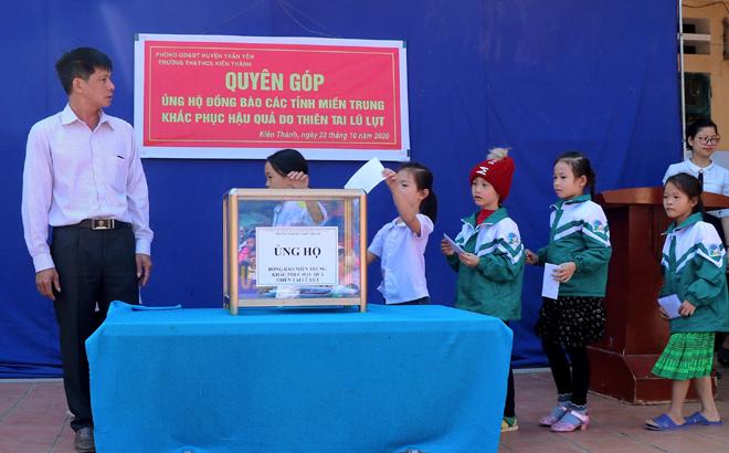 Các em học sinh tham gia ủng hộ đồng bào bão lũ miền Trung