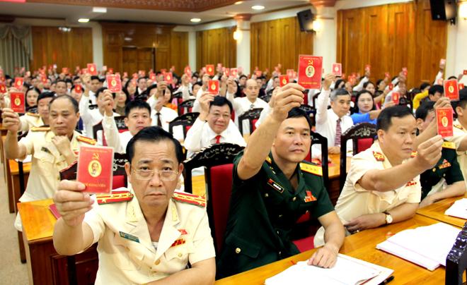 Các đại biểu dự Đại hội đại biểu Đảng bộ tỉnh Yên Bái lần thứ XIX biểu quyết thông qua Nghị quyết Đại hội. (Ảnh: Đức Toàn)