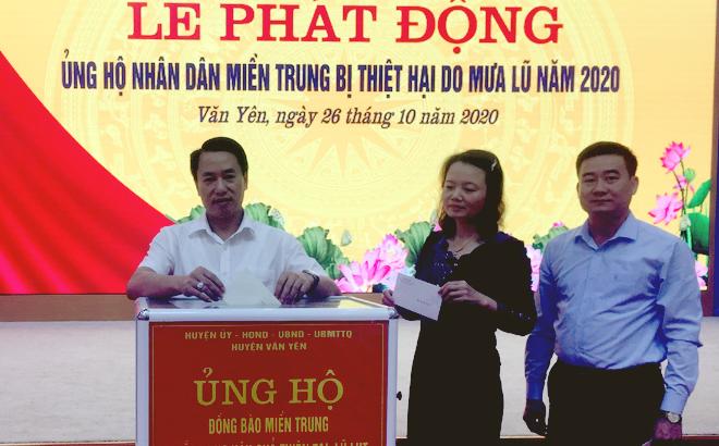 Các đồng chí Thường trực Huyện ủy Văn Yên quyên góp, ủng hộ tại Lễ phát động.