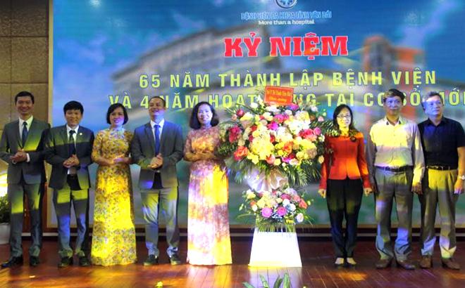 Lãnh đạo Sở Y tế tặng hoa chúc mừng 65 năm thành lập Bệnh viện Đa khoa tỉnh.