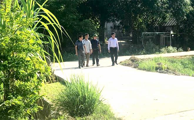 Lãnh đạo xã Đông Cuông, huyện Văn Yên và Phó Bí thư Chi bộ, Trưởng ban Công tác Mặt trận Lương Văn Thùy thăm con đường vào thôn Gốc Quân.