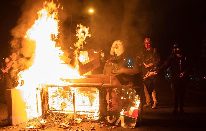 Người biểu tình quá khích đốt phá đồ vật trên một tuyến phố ở Philadelphia, Mỹ.