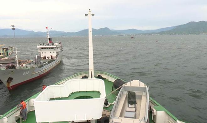 Tàu kiểm ngư KN490 tìm kiếm ngư dân bị nạn.