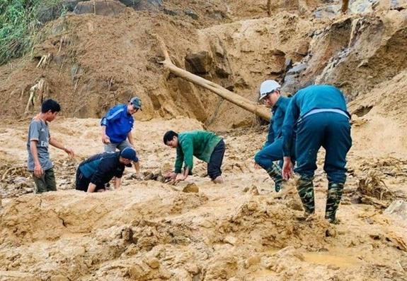 Các lực lượng tại chỗ tìm kiếm nạn nhân bị vùi lấp.