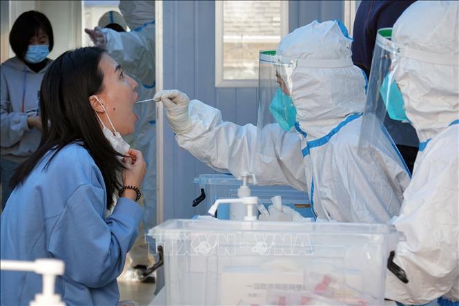 Nhân viên y tế lấy mẫu xét nghiệm COVID-19 tại tỉnh Sơn Đông, Trung Quốc.
