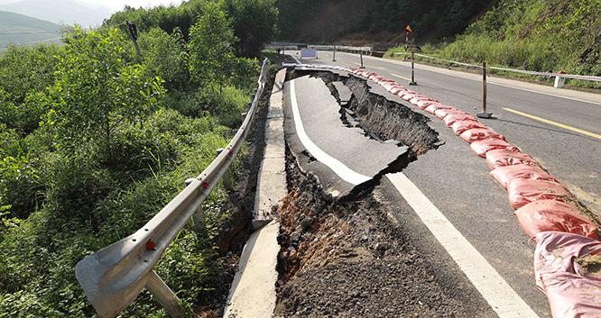 Một đoạn đường bị sụt lún trên Quốc lộ 12A Quảng Bình do ảnh hưởng của đợt mưa lũ vừa qua.