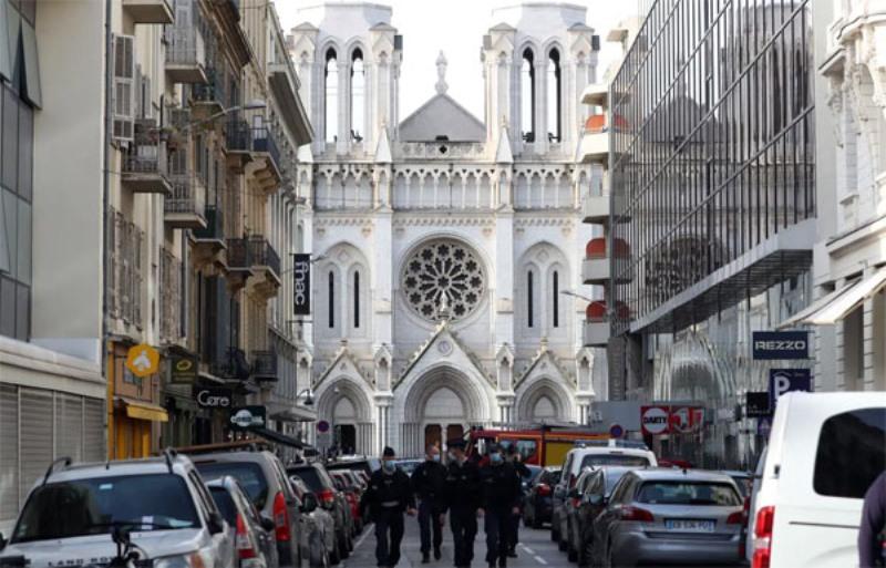 Cảnh sát phong tỏa phía trước nhà thờ.