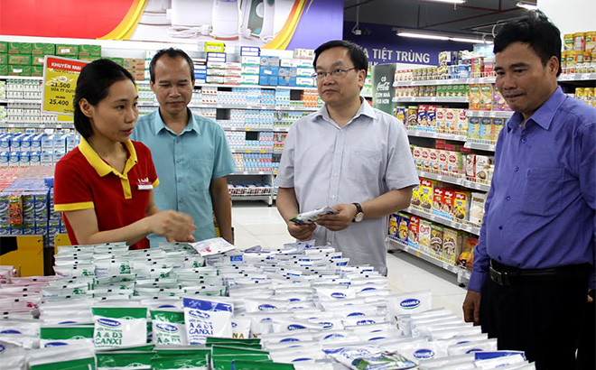 Lãnh đạo thành phố Yên Bái nắm bắt hoạt động của các trung tâm thương mại trên địa bàn.