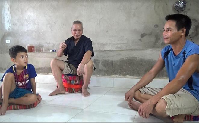 Ông Lường Văn Pối (giữa) - người có uy tín ở xã Nghĩa An, thị xã Nghĩa Lộ vận động các gia đình cho con em đến lớp học tập.