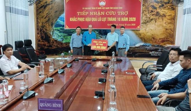 Lãnh đạo, cán bộ Ủy ban Mặt trận Tổ quốc tỉnh trao kinh phí hỗ trợ cho tỉnh Quảng Bình.