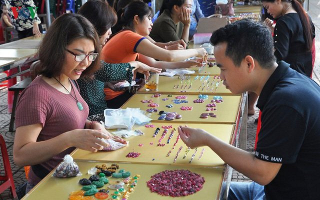 Luc Yen gemstone market is a destination of many domestic and foreign tourists. Photo: Thuy Thanh