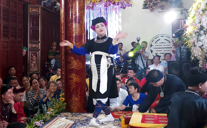 Practitioner Dang Ngoc Anh, Vice President of the Cultural Heritage Association of Vietnam, plays the role of the Mau Thuong Ngan (Mother Goddess of Forest) during a performance.