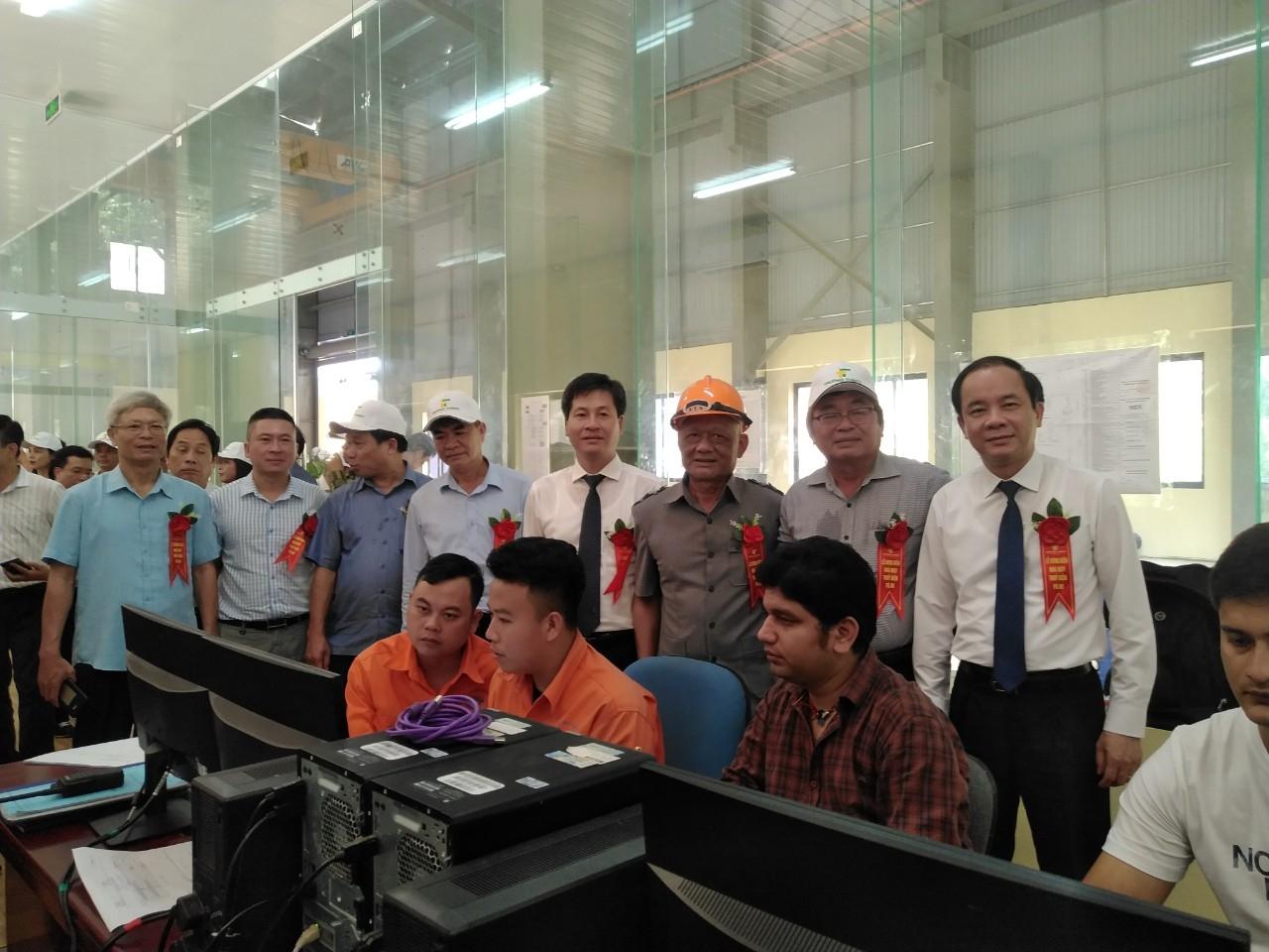 Các đồng chí: Tạ Văn Long- Phó Bí thư Tỉnh ủy, Ngô Hạnh Phúc- Phó Chủ tịch UBND tỉnh cùng các đại biểu tham quan hệ thống vận hành Nhà máy thủy điện Pá Hu