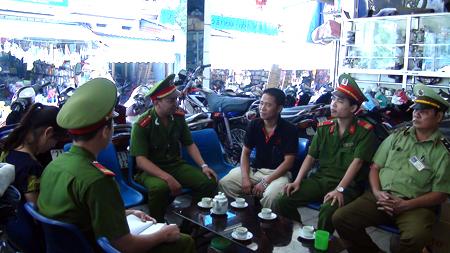 Công an thị xã Nghĩa Lộ nắm bắt tình hình tại các khu dân cư.