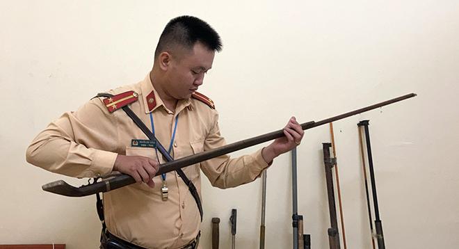 Chiến sỹ Đội CSGT số 4, Phòng CSGT, Công an tỉnh Yên Bái kiểm tra số vũ khí và công cụ hỗ trợ trái phép thu hồi được.