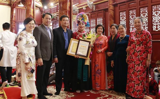 Các đồng chí lãnh đạo huyện Văn Yên tặng hoa, trao giấy chứng nhận cho các nghệ nhân tham gia diễn xướng hầu đồng tại đền Mẫu Đông Cuông.