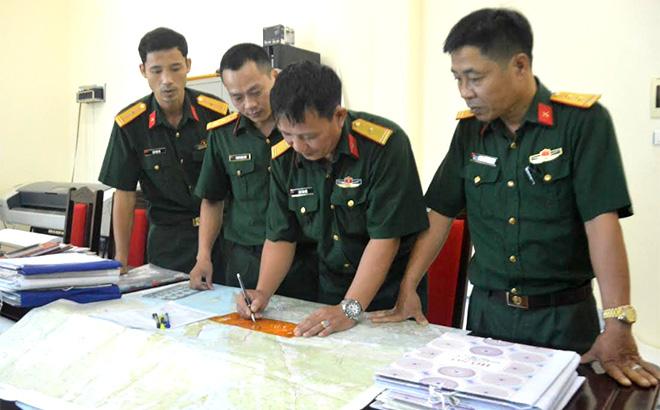 Cán bộ chính sách và tác huấn Bộ Chỉ huy Quân sự tỉnh phối hợp rà soát thẩm định bản đồ kết luận địa bàn huyện Yên Bình.