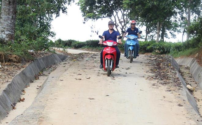 Đường giao thông ở thôn Nậm Cưởm, xã Nậm Búng được Nhà nước đầu tư bê tông hóa giúp nhân dân đi lại thuận lợi.