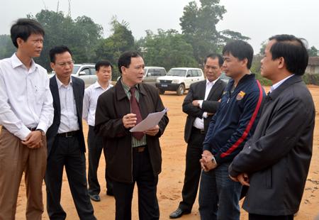 Đồng chí Phạm Duy Cường - Chủ tịch UBND tỉnh chỉ đạo các nhà thầu cần khẩn trương đẩy nhanh tiến độ thi công công trình.