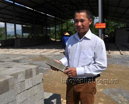 Giám đốc Trần Văn Tuấn giới thiệu sản phẩm gạch không nung.
