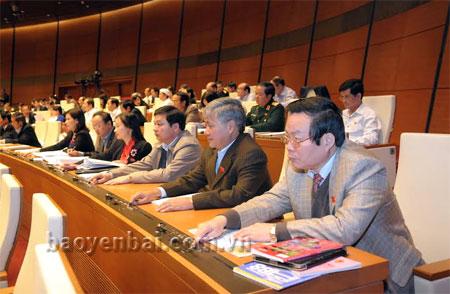 Đoàn đại biểu Quốc hội tỉnh Yên Bái bấm nút biểu quyết thông qua Luật BHXH (sửa đổi).