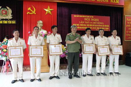 Thiếu tướng Đặng Trần Chiêu - Giám đốc Công an tỉnh trao Huy hiệu 30 năm tuổi Đảng cho các đồng chí.