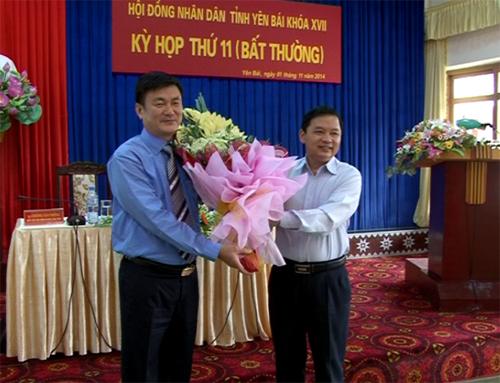 Đồng chí Dương Văn Thống - Phó bí thư Thường trực Tỉnh uỷ, Chủ tịch HĐND tỉnh tặng hoa chúc mừng đồng chí Nguyễn Chiến Thắng nhận nhiệm vụ mới.