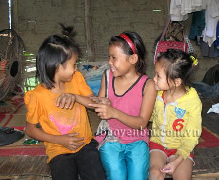 Giờ đây em Mè Thị Bình (giữa) đã xóa bỏ mặc cảm và hồn nhiên vui đùa cùng chúng bạn.