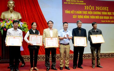 Các tập thể và cá nhân được Ủy ban nhân dân tỉnh tặng bằng khen vì những thành tích trong phong trào thi đua xây dựng nông thôn mới.