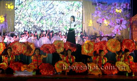 Văn hóa dân tộc Thái luôn có sức hút với du khách. Trong ảnh: Lễ khai mạc Tuần Văn hóa - Du lịch Mường Lò 2015.