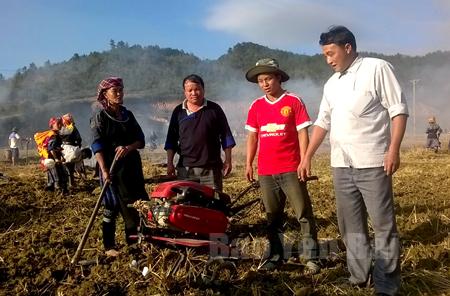 Lãnh đạo xã Nậm Khắt động viên nhân dân làm đất chuẩn bị sản xuất vụ xuân.