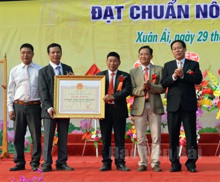 Đồng chí Nguyễn Văn Khánh – Phó Chủ tịch UBND tỉnh trao Bằng công nhận đạt chuẩn nông thôn mới năm 2016 cho xã Xuân Ái.