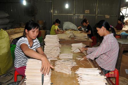 Công nhân Doanh nghiệp tư nhân Bình Hiền, thôn 7 xã Tân Thịnh sản xuất đũa xuất khẩu.