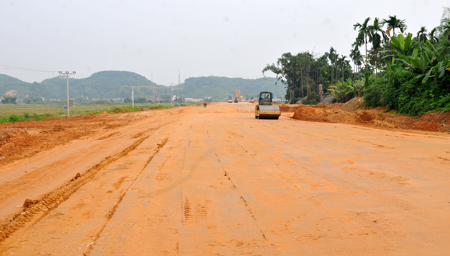 Đường dẫn đầu cầu Bách Lẫm thuộc địa phận xã Giới Phiên đang được đẩy nhanh tiến độ thi công.