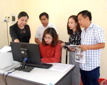 Phóng viên Phòng Xây dựng Đảng – Nội chính, Báo Yên Bái trao đổi nghiệp vụ viết về công tác xây dựng Đảng.