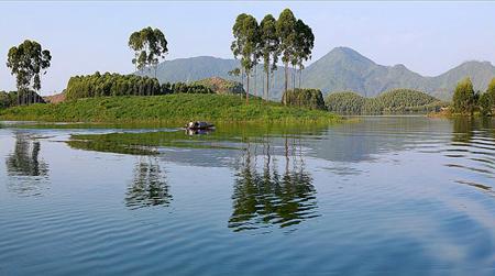 Nước non hồ Thác. (Ảnh: Thanh Miền)