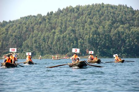 Những ngư dân vùng hồ trở thành các tay đua chuyên nghiệp trong lễ hội đua thuyền.  (Ảnh: Đức Toàn)